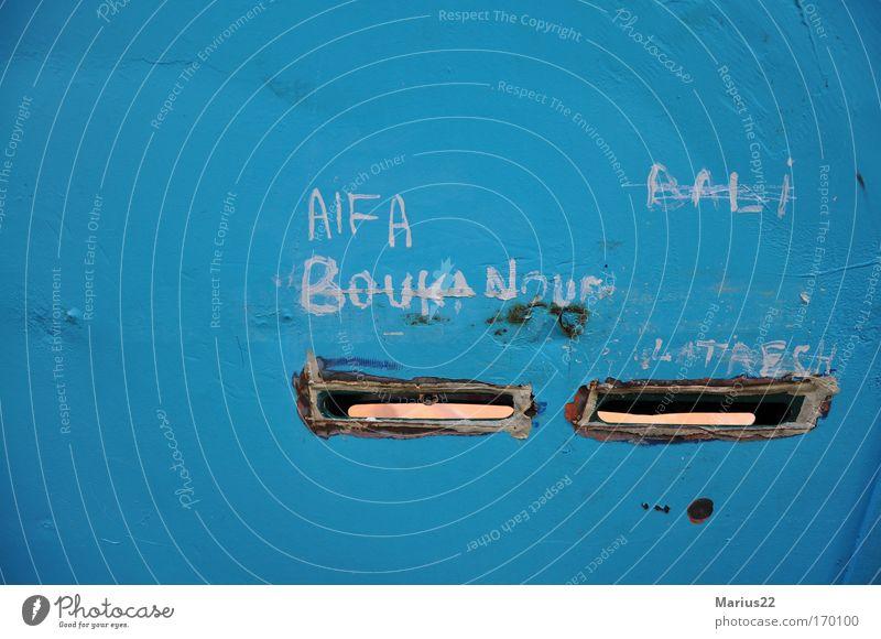 Briefkasten Straße Mauer Schriftzeichen Redewendung Paris Frankreich Briefkasten Schlitz Kritzelei Namensschild doppelt gemoppelt