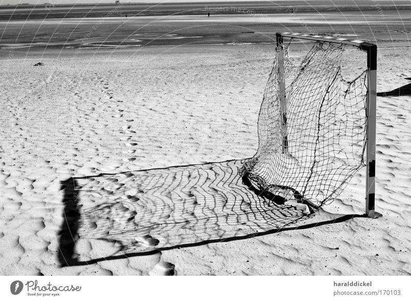 goal Schwarzweißfoto Außenaufnahme Menschenleer Abend Schatten Kontrast Strand Meer Sport Sportstätten Fußballplatz Umwelt Natur Sand Küste schwarz