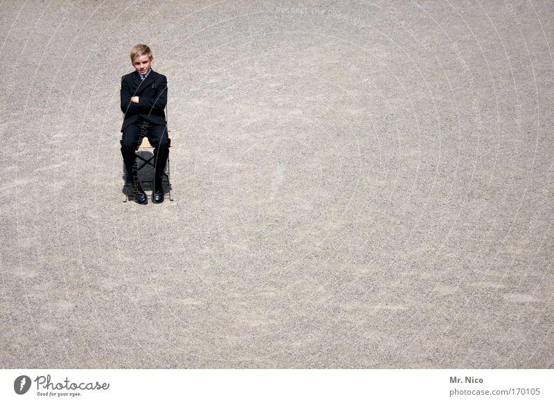 sitzstreik Einsamkeit ruhig Junge sitzen warten Coolness Stuhl Gelassenheit Anzug Langeweile frech schick Kieselsteine Kind Kommunion Christentum