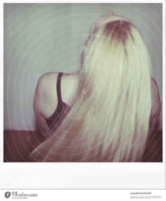 Fallen lassen Farbfoto Gedeckte Farben mehrfarbig Innenaufnahme Nahaufnahme Polaroid Abend Kunstlicht Blitzlichtaufnahme Oberkörper Blick nach oben Wegsehen