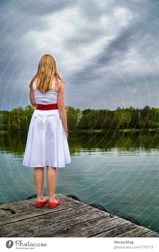yesterday Mensch Himmel Jugendliche Wasser rot Sommer ruhig Einsamkeit Erholung feminin kalt Landschaft Traurigkeit Denken träumen Schuhe