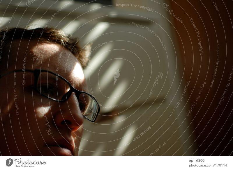 Streifen Farbfoto Innenaufnahme Detailaufnahme Experiment Textfreiraum rechts Tag Licht Schatten Sonnenstrahlen Schwache Tiefenschärfe Oberkörper