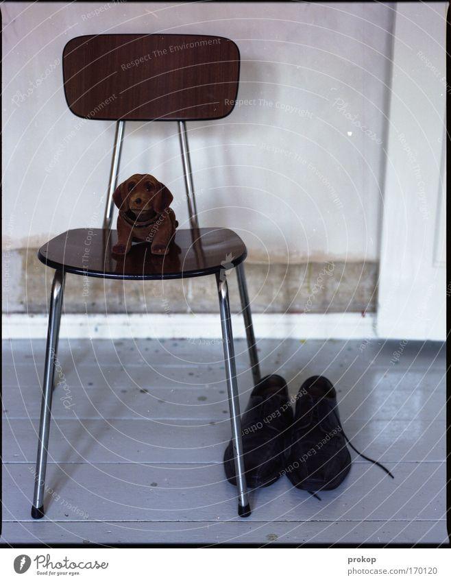 Gerhard, Stuhl und Schuhe Farbfoto Innenaufnahme Menschenleer Tag Starke Tiefenschärfe Zentralperspektive Wohnung warten Tugend Stolz Tapferkeit Verlässlichkeit