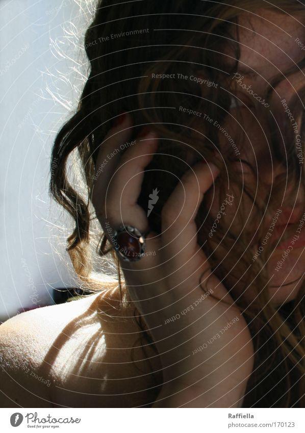 hoffen Farbfoto Innenaufnahme Sonnenlicht Sonnenstrahlen Porträt Blick in die Kamera feminin Junge Frau Jugendliche Haut Kopf Haare & Frisuren Gesicht Hand 1