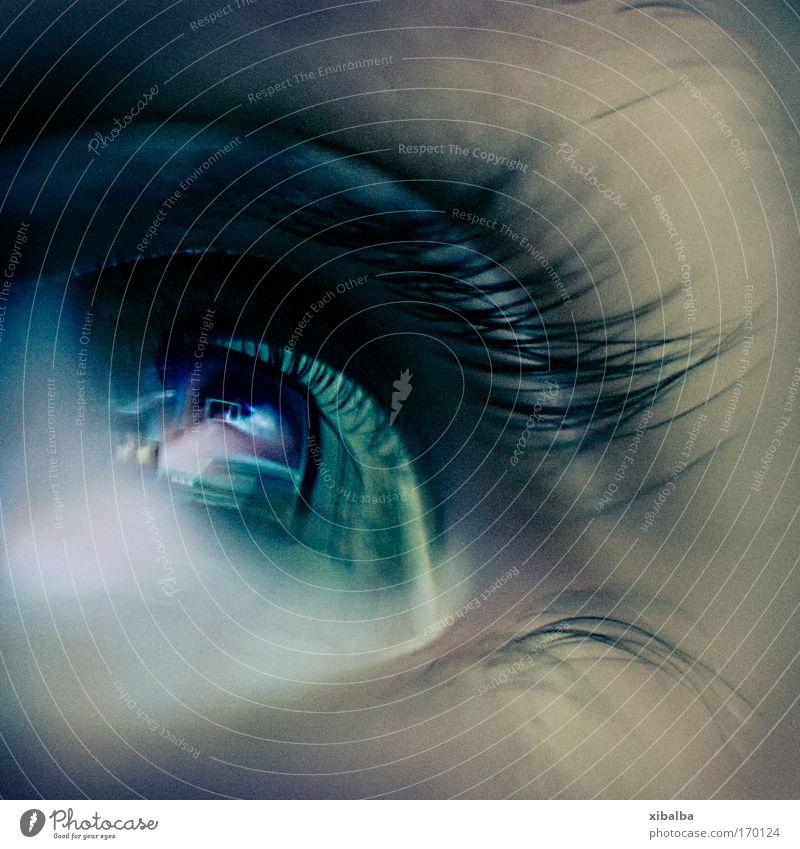 I spy with my little eye... Mensch blau Erwachsene Ferne Auge dunkel Zukunft Macht bedrohlich Blick Neugier 18-30 Jahre Gesicht Unendlichkeit nah