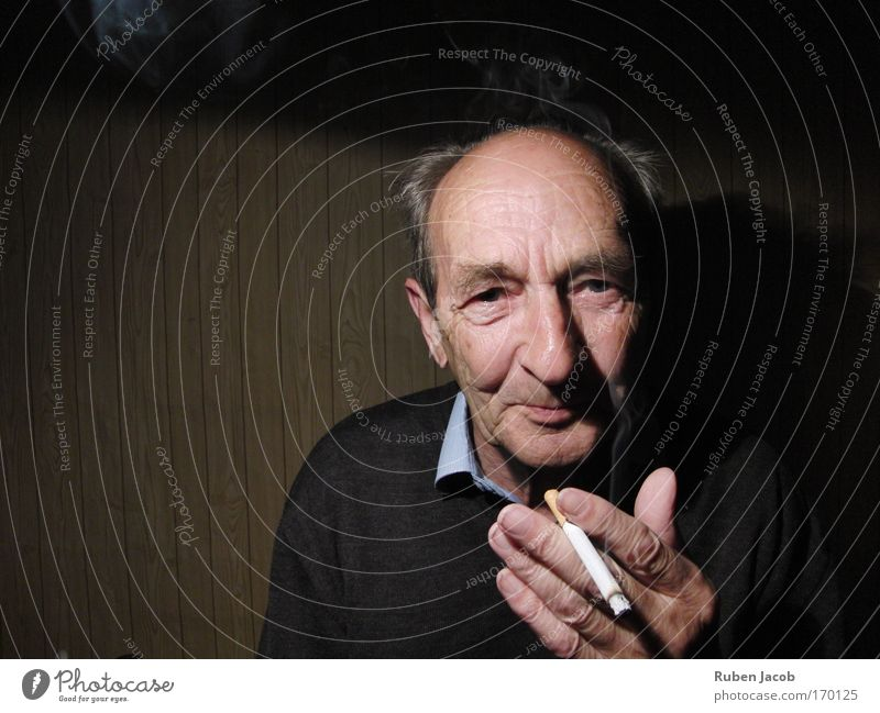 Großvater raucht. Mensch Mann ruhig Senior Einsamkeit Porträt Zufriedenheit maskulin Rauchen Hautfalten Großeltern Blick Gelassenheit Hemd Zigarette Großvater