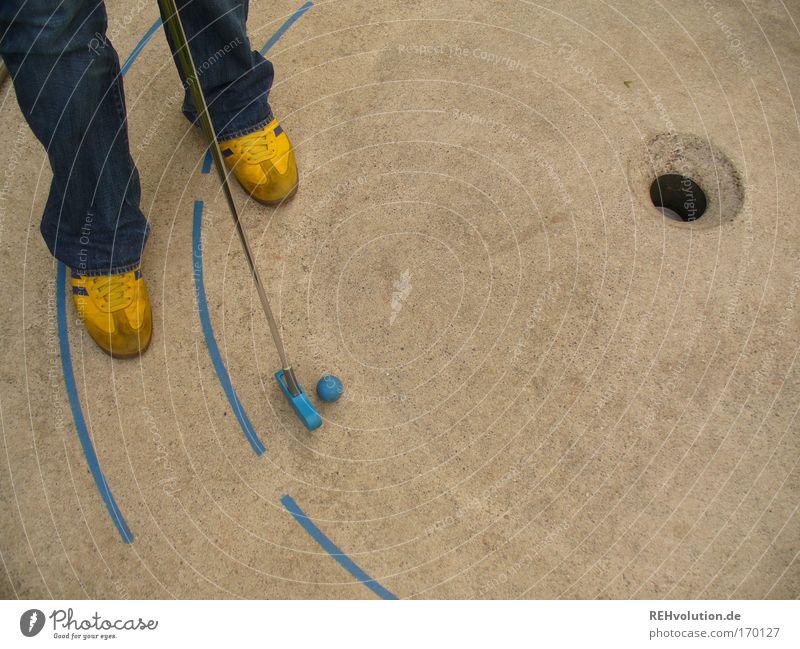 semisportliche erlebnisse Farbfoto Außenaufnahme Freizeit & Hobby Spielen Minigolf Ferien & Urlaub & Reisen Erfolg maskulin Fuß 1 Mensch stehen ästhetisch blau