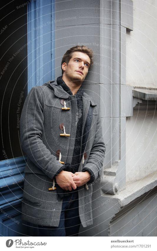 junger Mann wartet im Hauseingang Mensch Jugendliche Junger Mann Einsamkeit Winter 18-30 Jahre Erwachsene Traurigkeit Gefühle Lifestyle Stil grau Stimmung