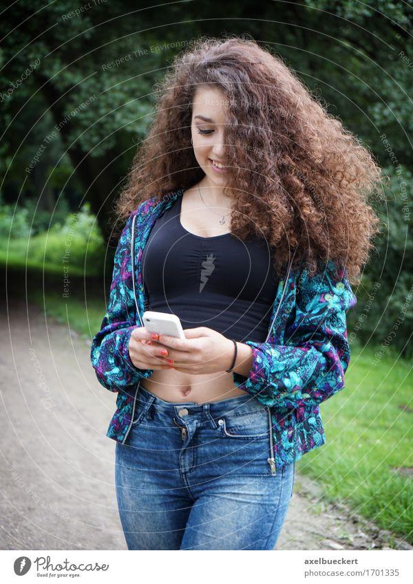 weiblicher Teenager mit Smartphone Lifestyle Freude Freizeit & Hobby Telefon Handy Technik & Technologie Telekommunikation Internet Mensch feminin Mädchen