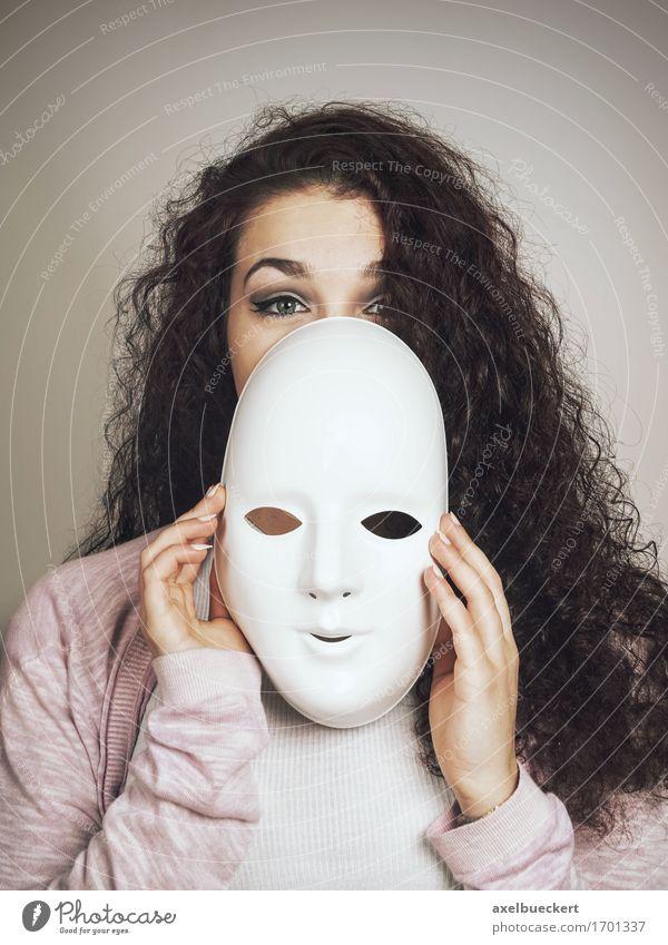 junge Frau mit Maske Mensch feminin Junge Frau Jugendliche Erwachsene 1 18-30 Jahre Theaterschauspiel schwarzhaarig langhaarig Locken Gefühle Identität