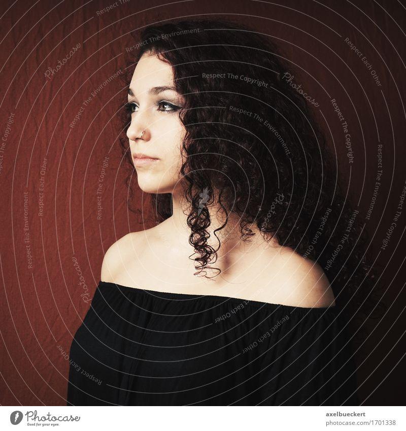 junge Frau im Profil Mensch feminin Junge Frau Jugendliche Erwachsene 1 18-30 Jahre Piercing schwarzhaarig brünett langhaarig Locken schön Nasenring ernst