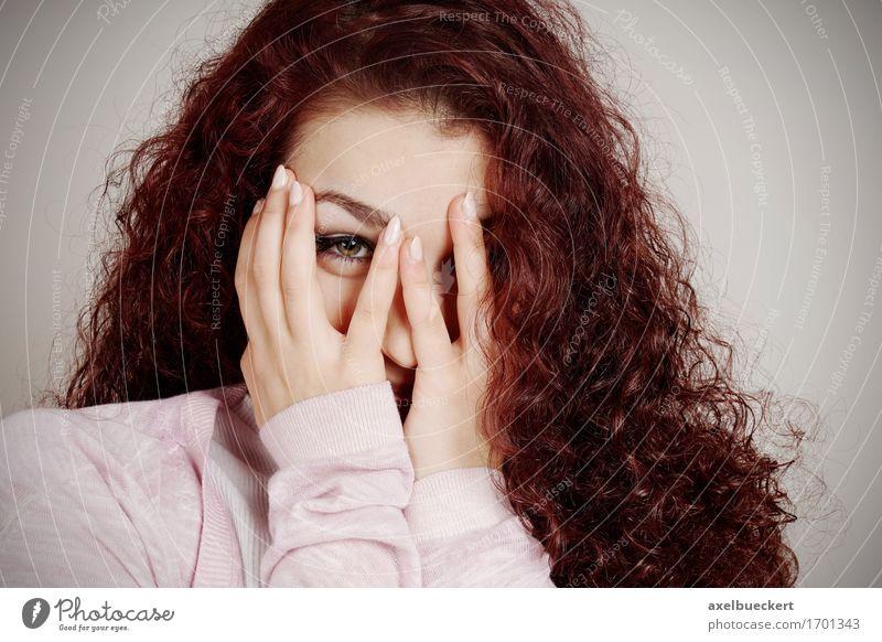 Mensch Frau Jugendliche Junge Frau Freude Erwachsene Gefühle feminin 13-18 Jahre Neugier Überraschung langhaarig verstecken Locken Scham gestikulieren
