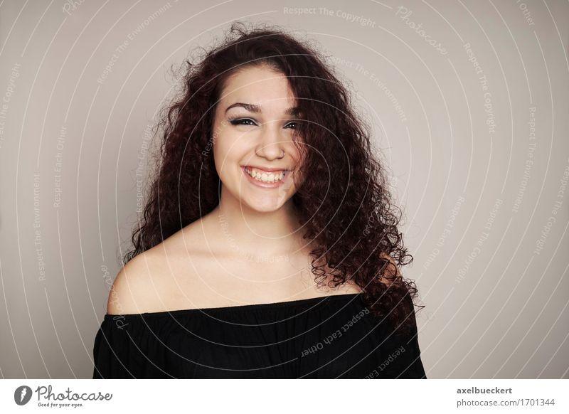 lächelnde Teenager-Mädchen mit dem lockigen Haar Freude Mensch feminin Junge Frau Jugendliche Erwachsene 1 13-18 Jahre brünett langhaarig Locken Lächeln lachen