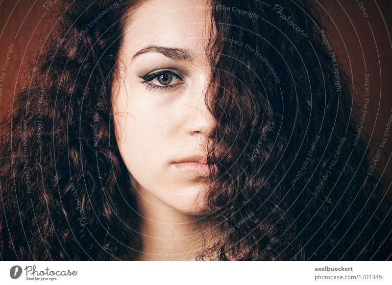 mürrisches Mädchen mit dem natürlichen lockigen Haar Haare & Frisuren Mensch feminin Junge Frau Jugendliche Erwachsene 1 13-18 Jahre brünett langhaarig Locken