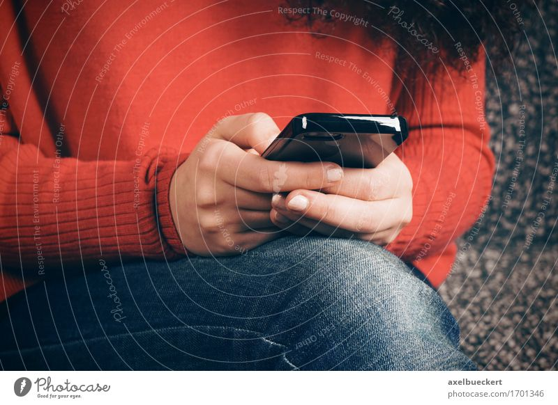 Mensch Frau Jugendliche Junge Frau Hand Erwachsene Lifestyle sitzen Technik & Technologie Instant-Messaging Telefon Internet Handy Mobilität PDA Sucht