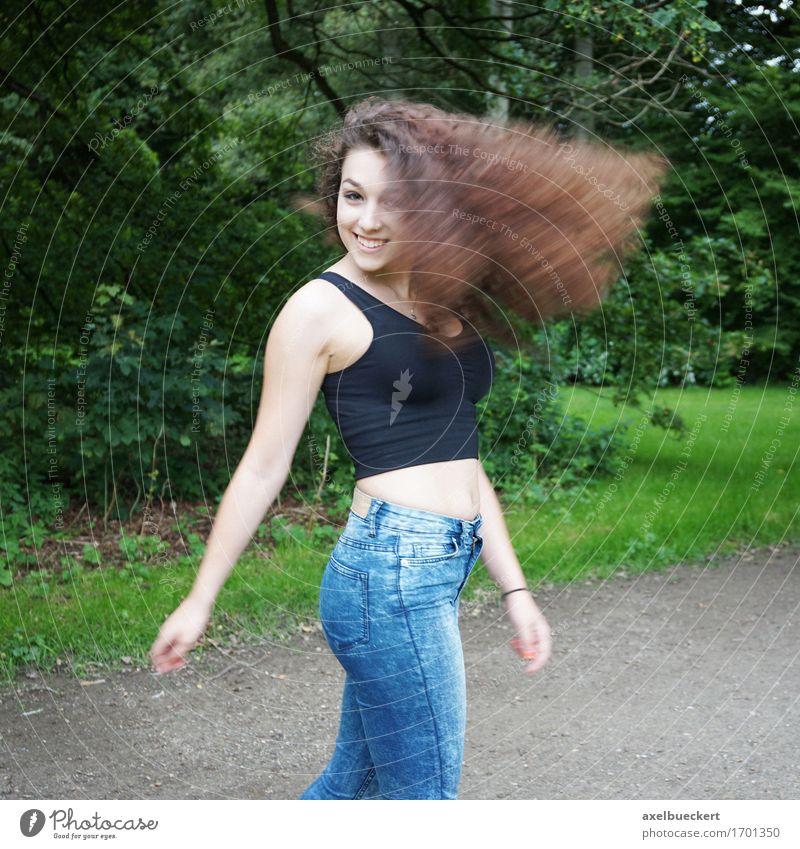 junge Frau schüttelt ihr Haar Lifestyle Freude Haare & Frisuren Mensch feminin Mädchen Junge Frau Jugendliche Erwachsene Leben 1 13-18 Jahre Natur Park Wald
