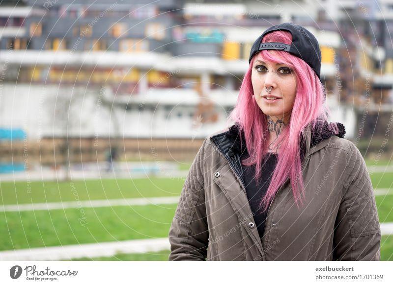 Mensch Frau Jugendliche Stadt Junge Frau 18-30 Jahre Erwachsene feminin Lifestyle Gebäude rosa authentisch einzigartig Armut Jugendkultur Coolness