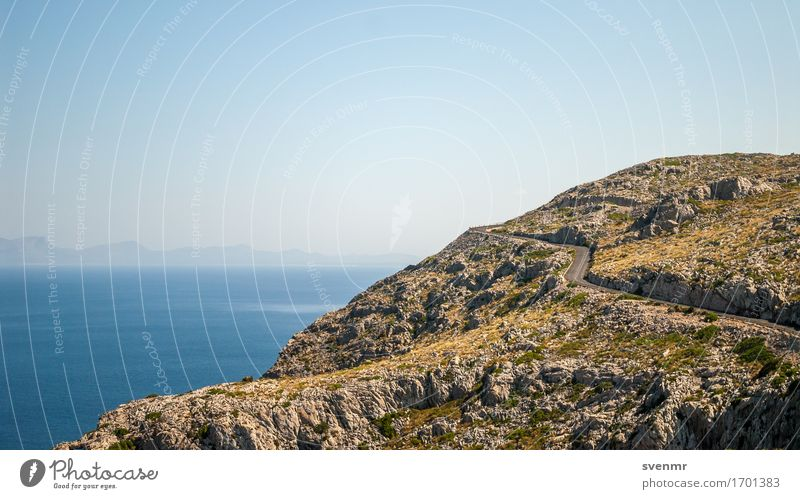 Bergstraße am Cap Formentor Natur Ferien & Urlaub & Reisen blau Sommer Meer Landschaft ruhig Ferne Straße Wege & Pfade Freiheit braun Felsen Tourismus Horizont