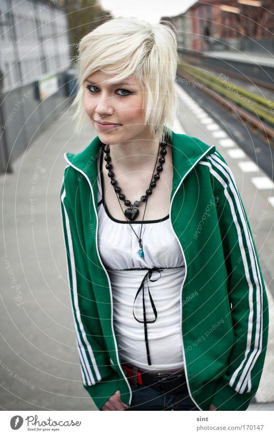 auf gleis 1 Mensch Jugendliche Porträt Frau schön weiß Stadt grün Sommer Ferien & Urlaub & Reisen feminin Glück Haare & Frisuren Zufriedenheit blond Erwachsene