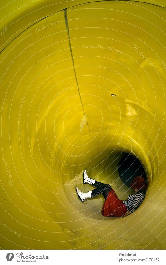 C Farbfoto mehrfarbig Innenaufnahme Textfreiraum oben Kunstlicht Langzeitbelichtung Weitwinkel Ganzkörperaufnahme Blick nach unten Wegsehen Lifestyle Stil