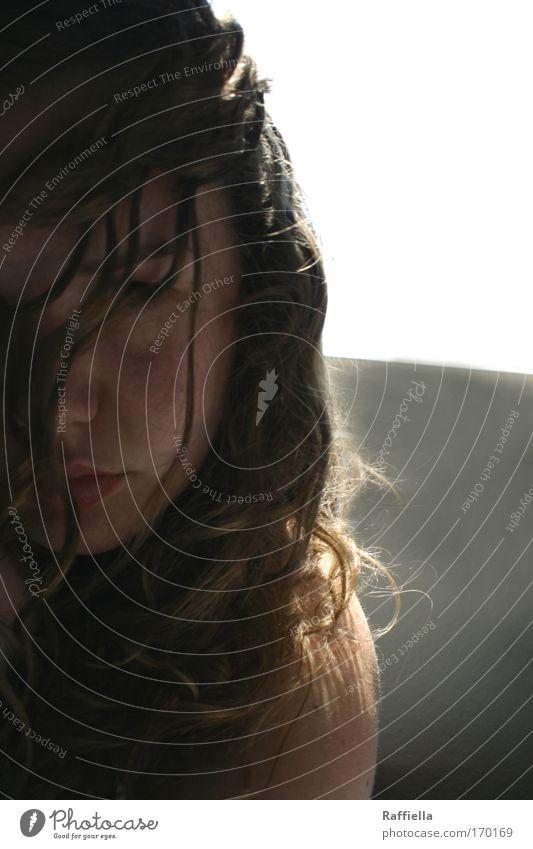 graue Stunden Mensch Jugendliche Gesicht dunkel feminin Haare & Frisuren Traurigkeit Erwachsene trist nachdenklich Frau brünett Schulter Locken langhaarig