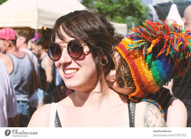 And just a kiss away Mensch feminin androgyn Homosexualität Feste & Feiern Küssen Lächeln Liebe Umarmen Coolness frei Gefühle Freude Glück Zufriedenheit
