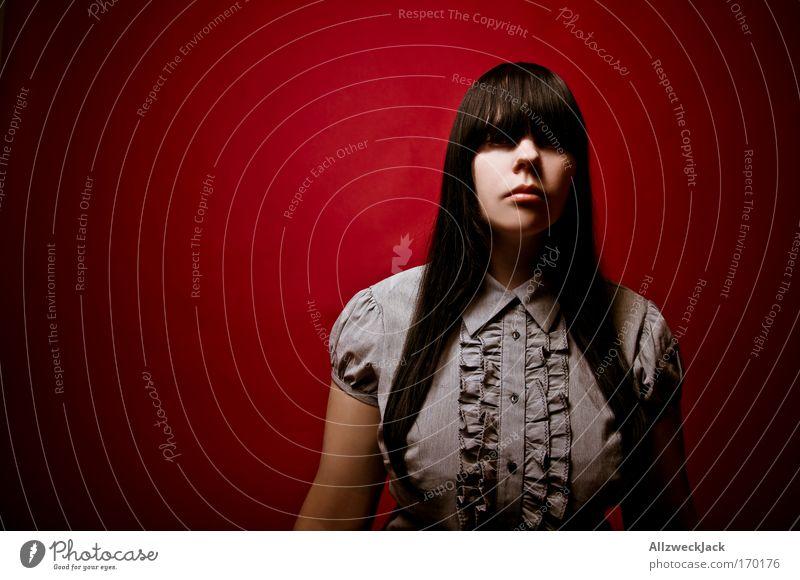 Le Rouge et le Noir Farbfoto Studioaufnahme Textfreiraum links Blitzlichtaufnahme Kontrast Zentralperspektive Porträt Oberkörper Vorderansicht
