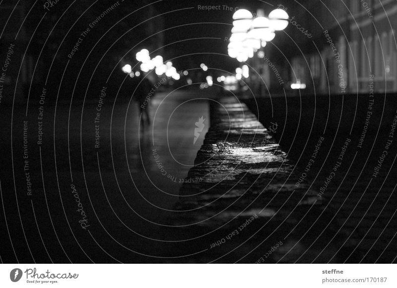Nachtwanderung Mensch Stadt ruhig Einsamkeit maskulin bedrohlich gruselig Stadtzentrum Schwarzweißfoto Altstadt Stadtrand Kleinstadt Chemnitz wiederkommen