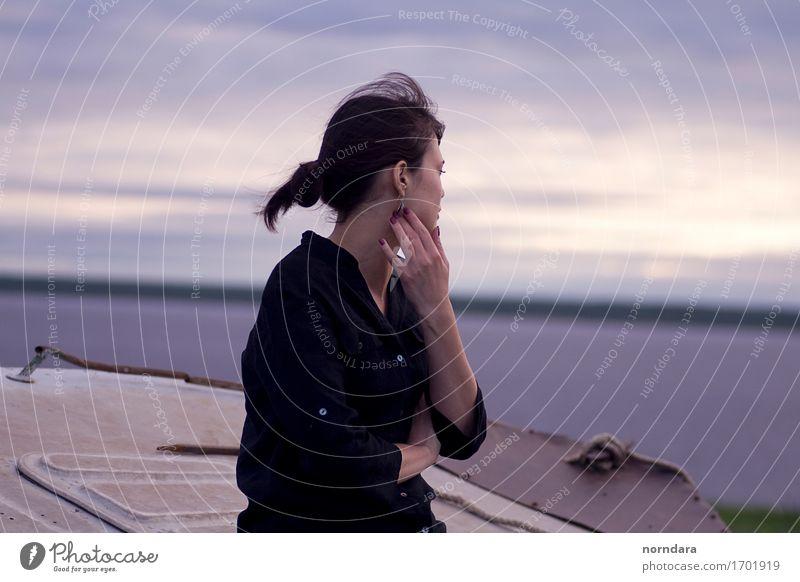 wenn du wegschaust Junge Frau Jugendliche Erwachsene 18-30 Jahre Luft Wasser Gewitterwolken Horizont Frühling Sommer Klima Schönes Wetter schlechtes Wetter