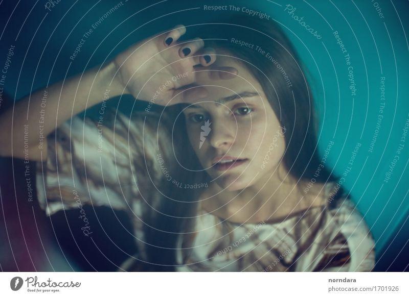 trauriges Mädchen im blauen Raum Jugendliche schön Junge Frau Erotik Einsamkeit Gesicht feminin Stil Mode Stimmung Angst Haut Finger Vergänglichkeit Todesangst