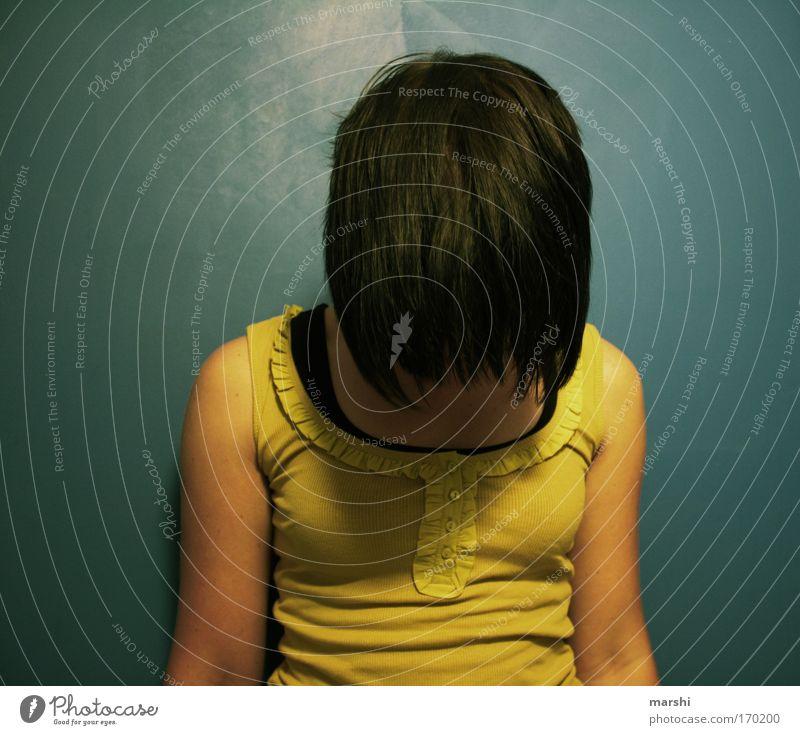 blöd rumhängen Frau Mensch Jugendliche blau Einsamkeit gelb Erholung feminin Gefühle Stil Haare & Frisuren träumen Kopf Traurigkeit Stimmung Erwachsene
