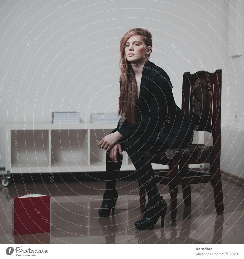 Blondine in Schwarz Wohnung Innenarchitektur Stuhl Buch Buchladen feminin Junge Frau Jugendliche Erwachsene Körper Beine 1 Mensch Mode Bekleidung Jacke