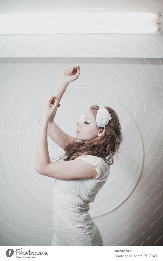 Meditation Junge Frau Jugendliche Erwachsene Hand 1 Mensch Mode Bekleidung T-Shirt Kleid blond Locken genießen hören ästhetisch Unendlichkeit trendy nah klug