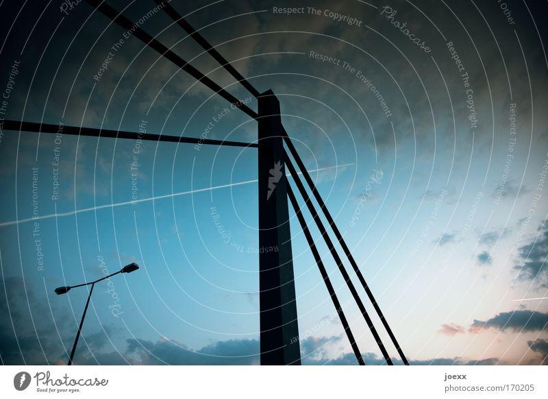 Linienflug Himmel blau Wolken schwarz oben Flugzeug groß Luftverkehr Brücke Bauwerk lang Stahlkabel Laterne Verkehrswege Straßenbeleuchtung Laternenpfahl