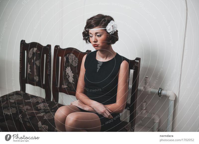 trauriges Mädchen kaufen elegant Stil Design schön Haare & Frisuren Kosmetik Schminke Lippenstift Rouge feminin Junge Frau Jugendliche Erwachsene 1 Mensch