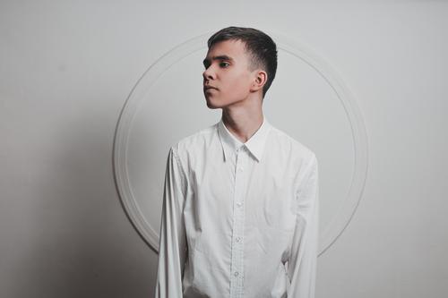 Junge in Weiß Junger Mann Jugendliche 1 Mensch 13-18 Jahre 18-30 Jahre Erwachsene Mode Hemd brünett kurzhaarig Kreis ästhetisch dünn elegant Unendlichkeit klug