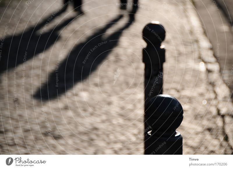 zwei, die gehen - und zwei, die bleiben schwarz Einsamkeit träumen Traurigkeit Wege & Pfade Zusammensein Sicherheit stehen lang Bürgersteig Kopfsteinpflaster