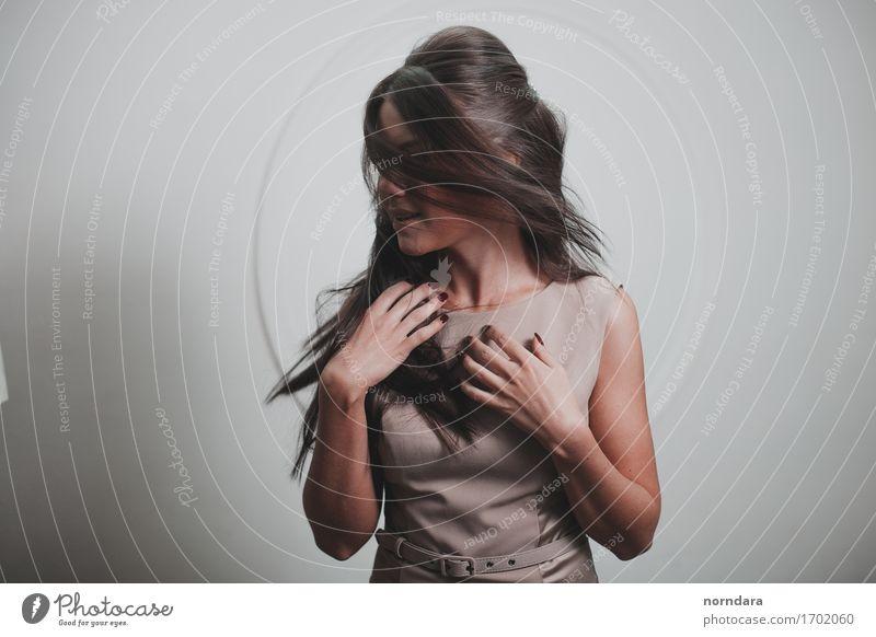 Wind in deinen Haaren Junge Frau Jugendliche Erwachsene Finger Mode Kleid Haare & Frisuren brünett langhaarig berühren glänzend Musik hören Bekanntheit einfach