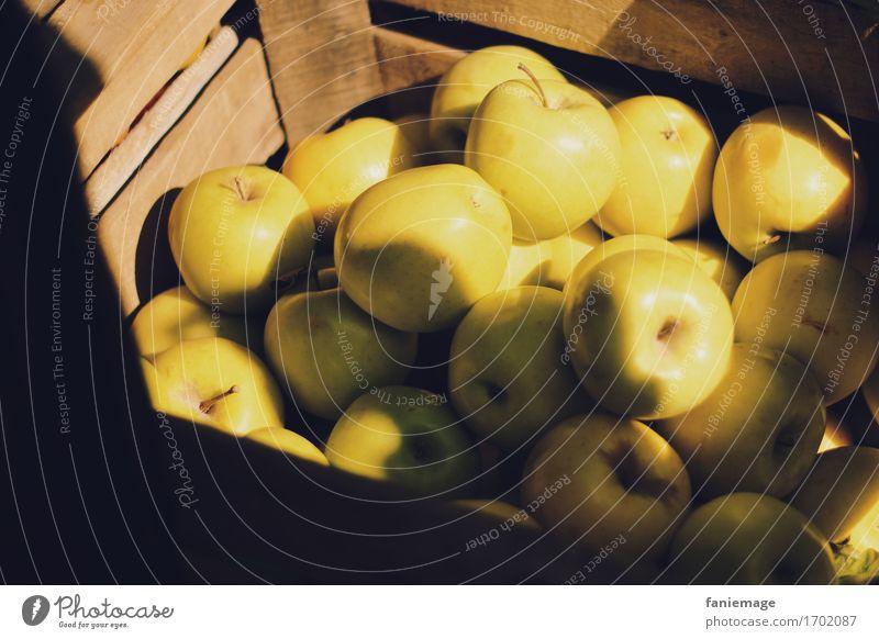 Apfelkiste Natur lecker apfelkiste Kiste Obstkiste Bioprodukte Gold gelb braun Sonne Sonnenlicht Lichtschein Schatten Marktplatz kaufen Frucht Sonnenstrahlen