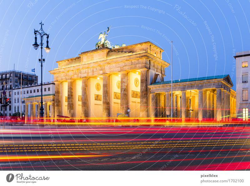 Brandenburger Tor bei Nacht Ferien & Urlaub & Reisen Stadt Straße Architektur Berlin Gebäude Freiheit Deutschland Tourismus Verkehr Platz Geschwindigkeit