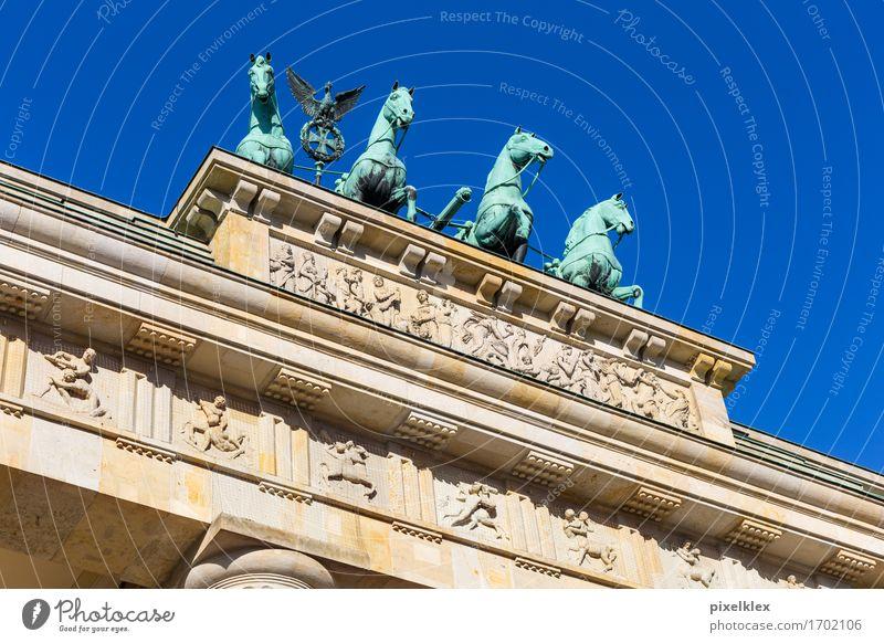 Quadriga auf dem Brandenburger Tor Skulptur Berlin Deutschland Stadt Hauptstadt Stadtzentrum Platz Bauwerk Gebäude Architektur Dach Sehenswürdigkeit Wahrzeichen