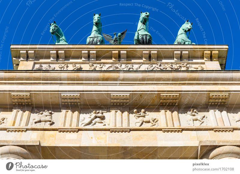 Quadriga auf dem Brandenburger Tor Stadt alt Architektur Berlin Gebäude Stein Deutschland oben Metall hoch historisch Dach Bauwerk Pferd Wahrzeichen Hauptstadt
