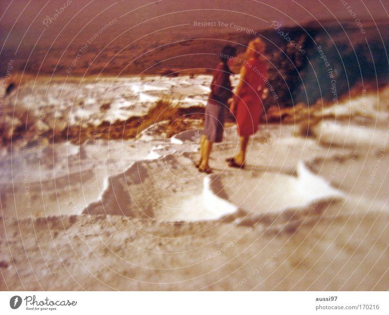 Outland Farbfoto Außenaufnahme Textfreiraum unten Unschärfe Ganzkörperaufnahme Wegsehen Mensch Frau Erwachsene Paar 2 Sand Klimawandel Wärme Dürre Wüste Kleid