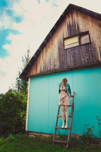 glückliche Sommerzeit Lifestyle Ferien & Urlaub & Reisen Freiheit Sommerurlaub Häusliches Leben Haus Traumhaus Garten Hausbau Loft Dach Gartenhaus Wand