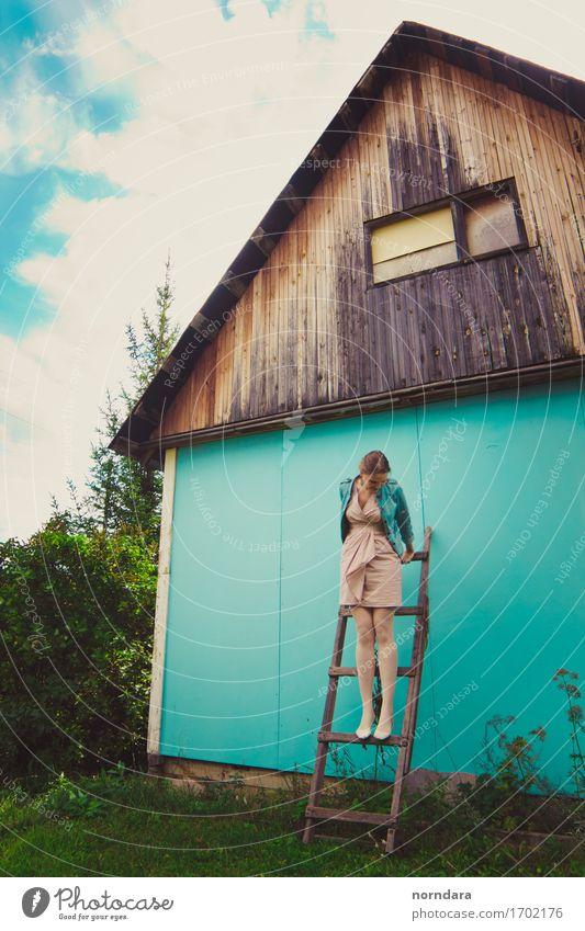 glückliche Sommerzeit Mensch Frau Ferien & Urlaub & Reisen Jugendliche Junge Frau Haus Erwachsene Wand Lifestyle Beine Glück Garten Freiheit Treppe