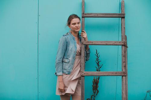Mensch Ferien & Urlaub & Reisen Jugendliche blau Sommer Erholung Freude 18-30 Jahre Erwachsene Wärme Wand feminin Holz Mauer Glück Freiheit