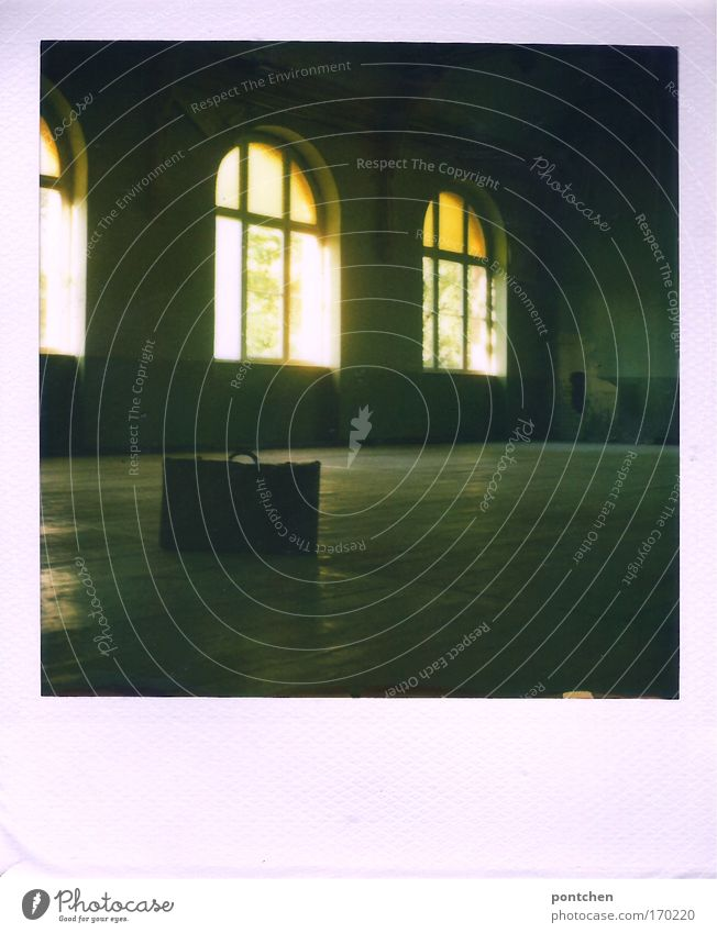 Polaroid. Ein kleiner Koffer steht in einem Raum auf dem Holzboden. Lost place. Verlassen, verfallen. Altbau Haus Bauwerk Gebäude Architektur Fenster Zeichen