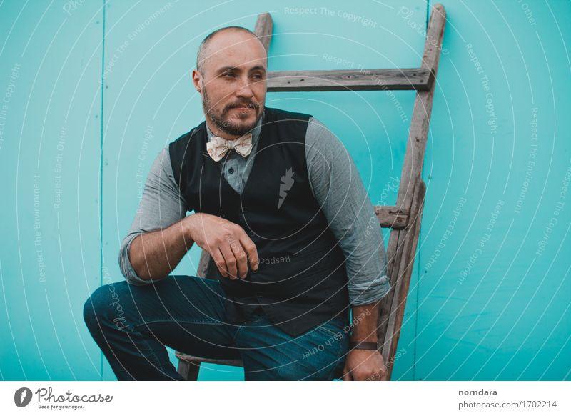 Mann mit Treppen Mensch Erwachsene Glück Mode maskulin Zufriedenheit elegant Körper Erfolg Bekleidung Stoff trendy Bart Jeanshose
