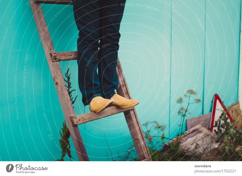 Mensch Mann Erwachsene Beine Stil Holz Mode Fuß maskulin Treppe Kraft Erfolg stehen Schuhe laufen Beginn