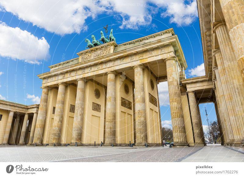 Brandenburger Tor Stadt alt Wolken Architektur Berlin Gebäude Mauer Deutschland hoch Platz groß historisch Bauwerk Wahrzeichen Hauptstadt Sehenswürdigkeit